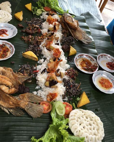 restoran  menyajikan nasi liwet kekinian langsung