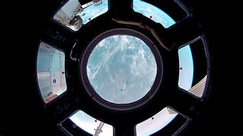 cupola iss scheggiata la cupola della stazione spaziale colpita da