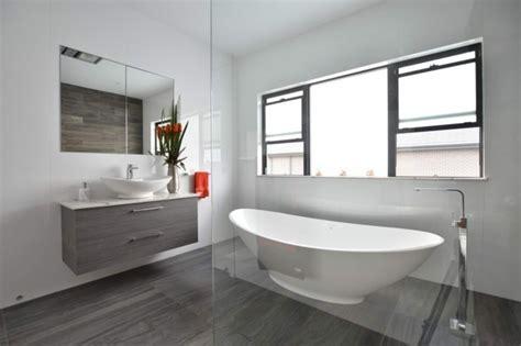 ideen für badezimmer fliesen regal badewannen design