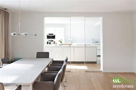 idee per dividere cucina e soggiorno pareti divisorie e porte in vetro per cucina e soggiorno