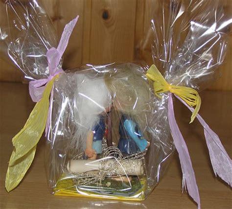 Geschenk Mit Klarsichtfolie Einpacken Als Geschenk Geschenkverpackung Und Geschenkeservice