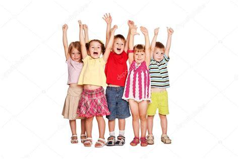 imagenes graciosas levantando la mano grupo de ni 241 os levantando las manos y sonriendo foto