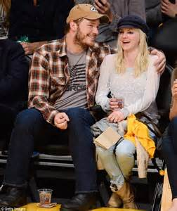 Kid Weight Bench Chris Pratt And Anna Faris Cuddle Up As They Cheer On The