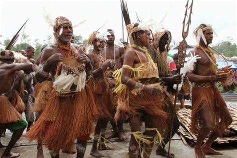 asmat cultural festival indonesia berfose