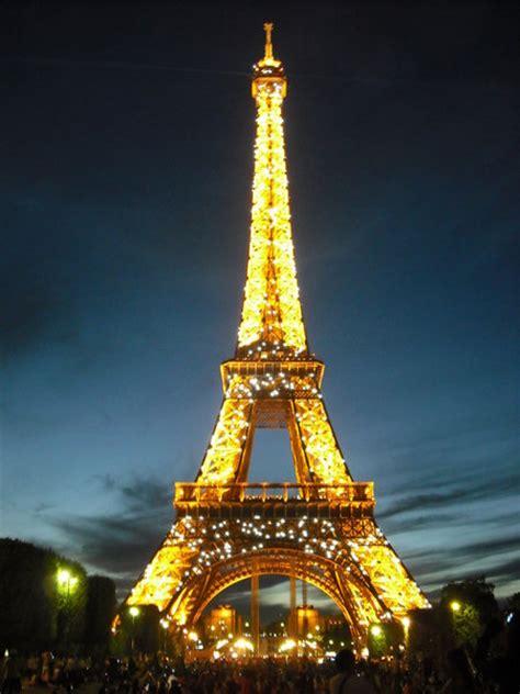 eiffelturm beleuchtung eiffelturm mit wundervoller beleuchtung abends nachts