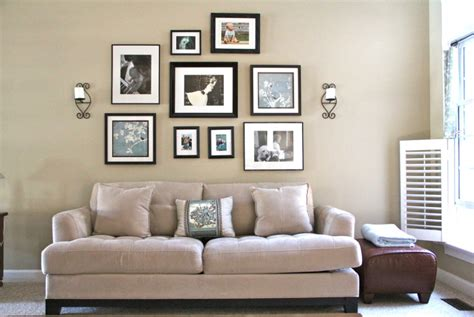 placing pictures above sofa 6 ideas novedosas para colgar los cuadros en tu hogar