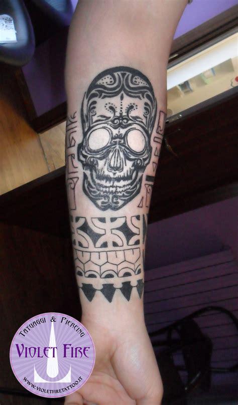 tatuaggio avambraccio interno tatuaggio maori ccon teschio su braccio violet