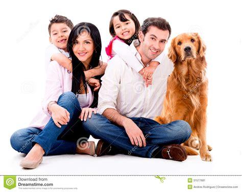 imagenes de la familia horrisono familia feliz con un perro imagen de archivo imagen
