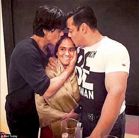 Kissing Khans! SRK and Salman pose for snaps at Arpita's ...