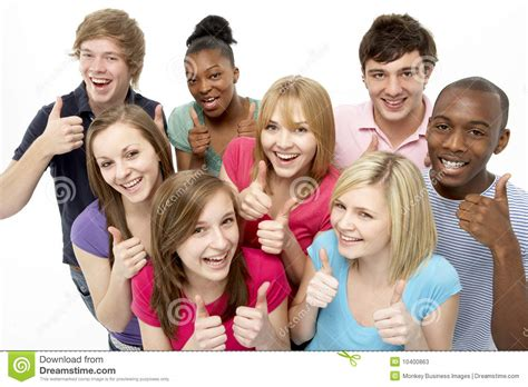 imagenes de grupos alegres studio de groupe d amis d adolescent photos stock image