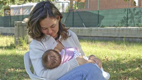 kata dokter soal anjuran susui bayi  lahir tiap  jam