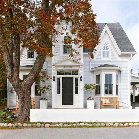 casas gri on acoperis gri si fatada cu alb decor modern