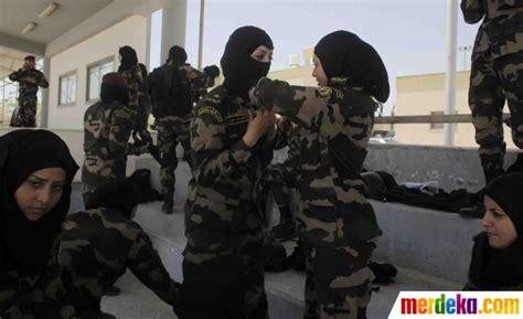 film perang palestina foto mengintip aksi tentara wanita palestina saat