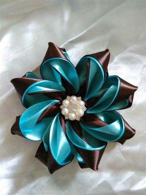 fiori di stoffa kanzashi come fare una spilla fiore kanzashi