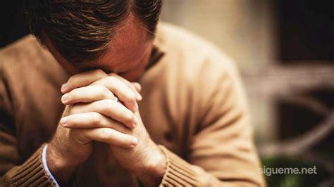 imagenes de hombres orando de rodillas por encima de todas las cosas consigue uncion predicas