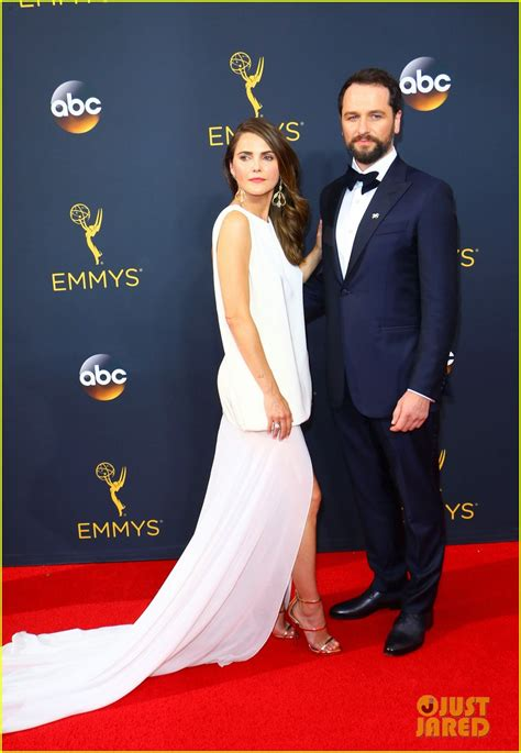 matthew rhys has won an emmy keri russell matthew rhys couple up at emmys 2016 photo