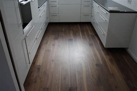 dunkle holzfußböden in der küche wohnzimmer wandgestaltung rot