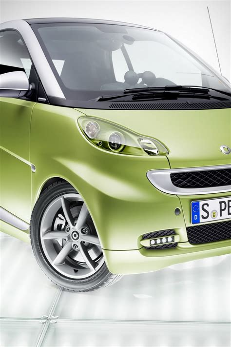smart car upgrades 2011 smart fortwo receives minor upgrades carscoops