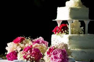 how to decorate a wedding cake table wedding cake table