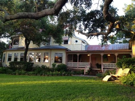 cedar key bed and breakfast small courtyard outside of honeymoon cottage picture of