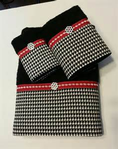 black and houndstooth bath towel set by ladydiblankets