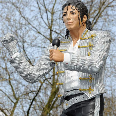 michael jackson statue craven cottage beat it michael jackson fulham football club statue to
