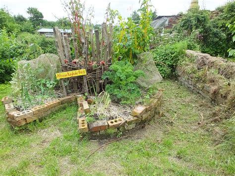 Keyhole Gardening by Keyhole Garden