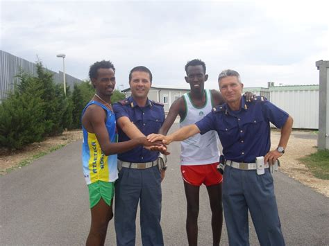 questura di catania ufficio immigrazione atleta eritreo aiutato da polizia in centro accoglienza