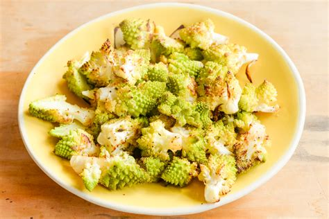 couper chou fleur salade de chou romanesco aux oeufs durs et aux noix joli