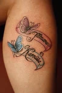 exemple tatouage 2 prenoms femme avec papillon rose et