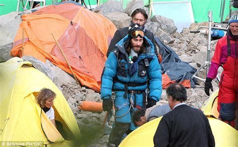 everest film reality jake gyllenhaal dons climbing suit hat and goggles for