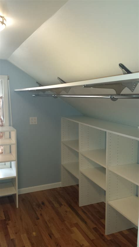 Faire Dressing Sur Mesure 3061 angled brackets used to maximize space in attic closet