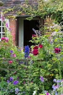 how to create a cottage garden border an cottage garden landscape magazine