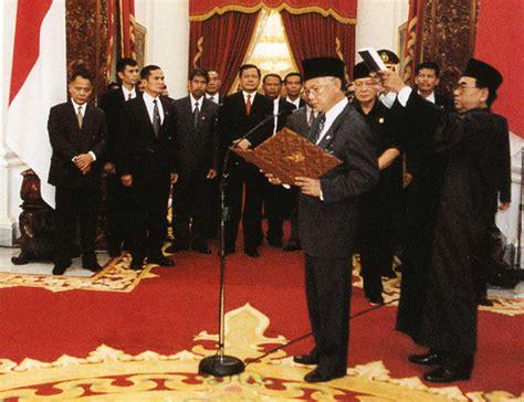 biography b j habibie file habibie presidential oath jpg wikipedia