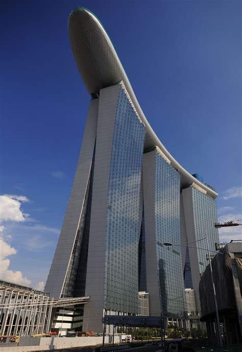 marina bay sands bays architects and singapore swimming on top of the world s most expensive hotel