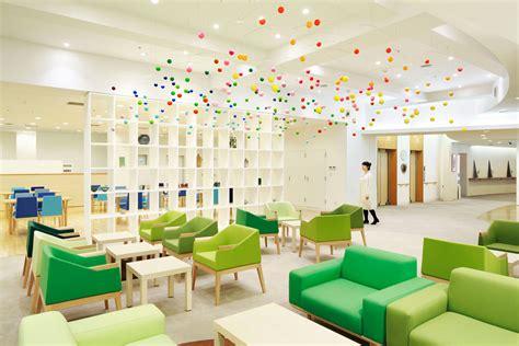 エマニュエル ムホーによる 介護老人福祉施設 真寿園 地域交流スペース 食堂