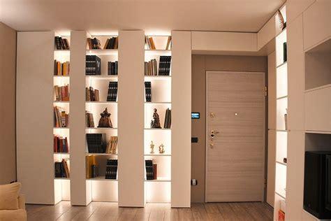 mensole con led soggiorno moderno arredato con pareti attrezzate sartoriali