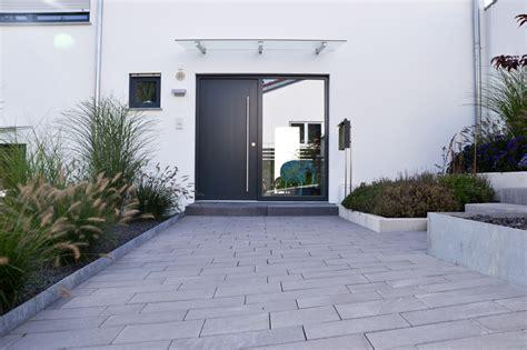 moderner eingangsbereich heim galabau moderne gartengestaltung am hang