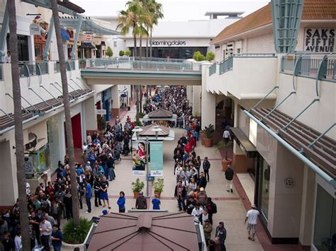 layout of fashion valley mall which drew the bigger crowd in san diego microsoft store