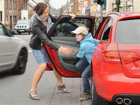 Kinder Im Auto Usa by Im Auto Gefahr Beim Aussteigen