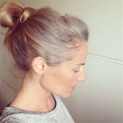 how to grow in gray hair with highlights gorgeous grow out grey is the new blonde five months