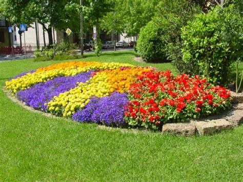 piccole aiuole fiorite come creare aiuole fiorite in giardino giardinaggio facile