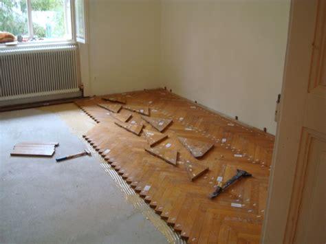 pvc boden vom holzboden entfernen untergrund f 252 r parkett und elastische bodenbel 228 ge