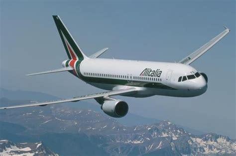 cabina di pilotaggio di un aereo dentro la cabina di pilotaggio di un aereo alitalia tpi