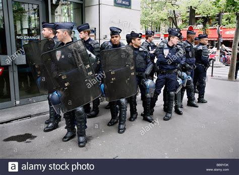 crs banking crs in riot gear left bank stock photo royalty