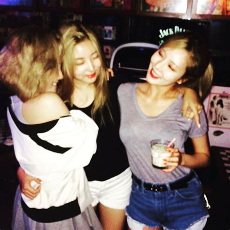 4minute s hyuna and mamamoo s hwasa show off their