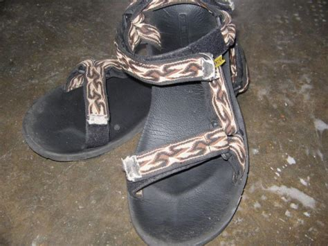 Lambang Sepatu Wakai jenis jenis sepatu dan sandal era 90 an yang bikin pengen pakai lagi dilan