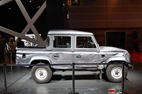 range rover truck in skyfall land rover defender uit skyfall is kapot james bond