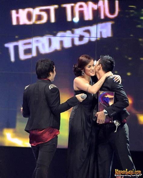 kode host kuota malam im3 olla ramlan di dahsyatnya awards 2011 kapanlagi com