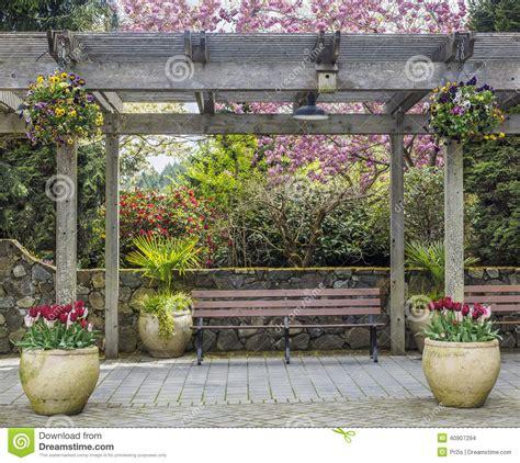pergola avec banc de jardin pergola rustique avec des pots de banc et de fleur sous le